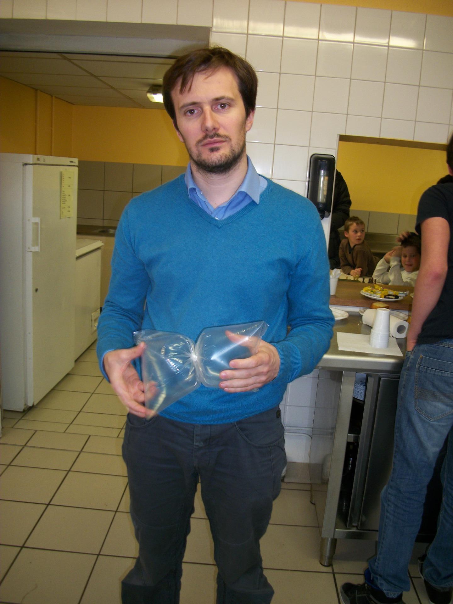 Rémi nous apprend à fabriquer des sabliers en plastique